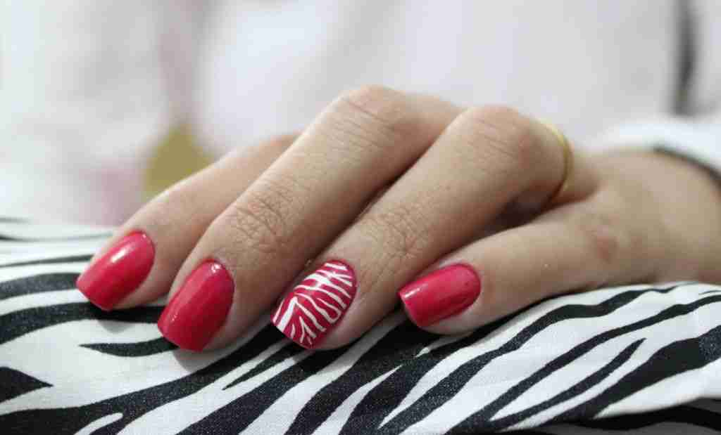 Red_nail_art_with_white_stripes
