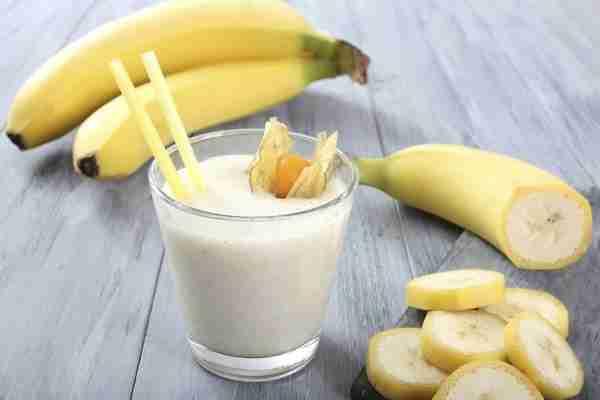 Po želji lahko v bananino mleko dodate tudi drugo sadje recimo mango, jagode, hruško ali breskev.