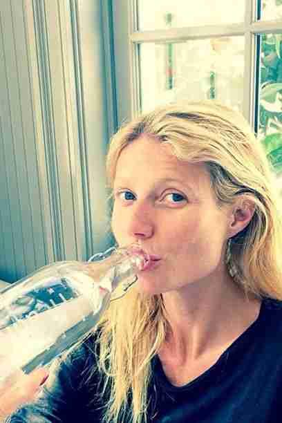 Gwyneth Paltrow dnevno spije več litrov vode in s tem pomaga čistiti svoje telo. Foto: Instagram