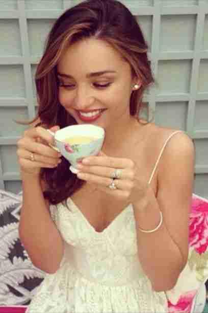 """Miranda Kerr (31), kot manekenka, mora vsak dan skrbeti za svojo postavo. Upajmo, da v skodelici ni """"Detox"""" čaja ampak običajen zelen čaj ... Foto: Instagram"""
