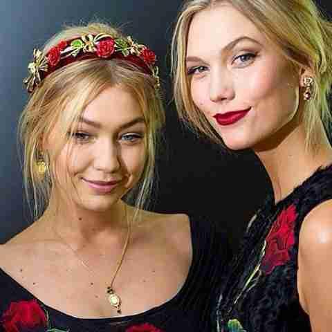 Karlie-Kloss-et-Gigi-Hadid-pour-Dolce-Gabbana-le-1er-mars-2015-lors-de-la-Fashion-Week-de-Milan_portrait_w674