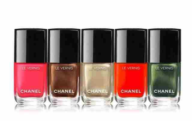 Chanel Les Vernis laki so na voljo v številnih odtenkih. Za en izdelek boš morala odšteti cca. 24 €.