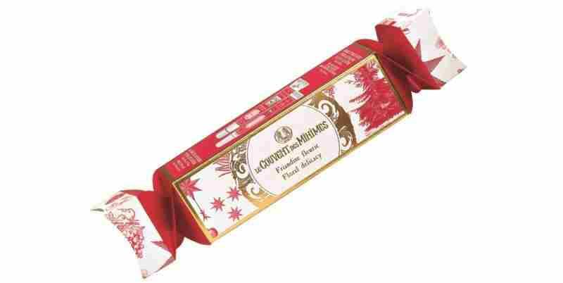 3.Cvetni božični bonbon. Cena 12,90 €. Cvetni božični bonbon vsebuje Vlažilno kremo za roke Eau du Cloître, 25 ml, Balzam za nasmejane ustnice Eau du Cloître – Vrtnica in rdeči poper, 15 ml in vzorec Vrtnaričine kreme za roke.