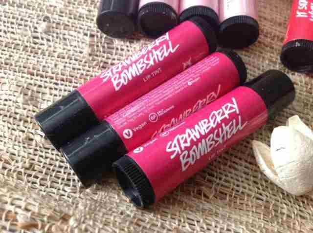 Lushev Strawberry Bombshell bo tvoje ustnice negoval za cca. 9 €. Foto: PR